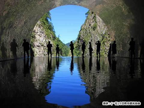 清津峡 黒部峡谷イメージ